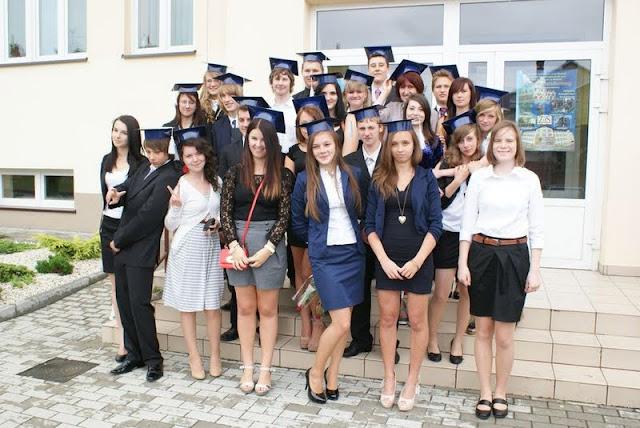 Zakończenie Gimnazjum przed budynkiem bis - DSC08144_1.JPG