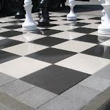 Вариант шахматной площадки из черно-белой плитки