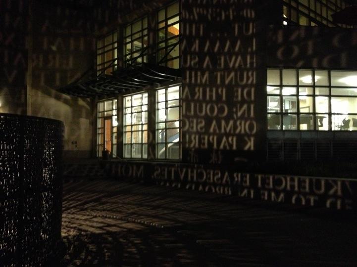 Escultura que proyecta poemas en diferentes idiomas