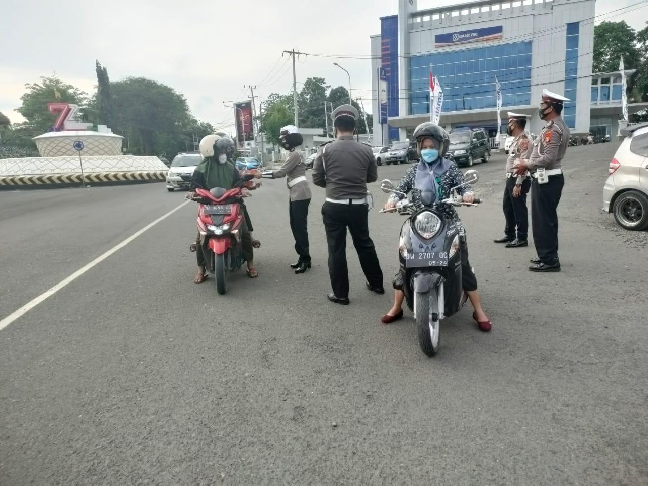 Sat Lantas Polres Soppeng Ngabuburit Sambil Berbagi Takjil di Jantung Kota