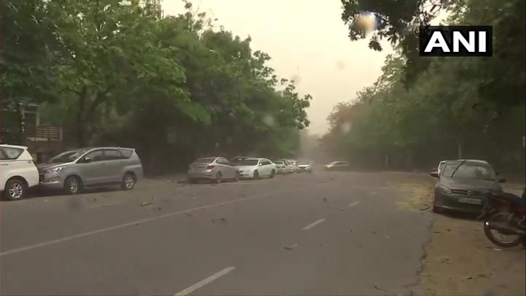 दिल्ली-एनसीआर में बदला मौसम, धूल भरी आंधी और तूफान के साथ छाया अंधेरा
