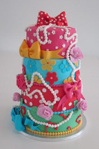 774- Kleuren taart met strikken, rozen en parelketting..JPG