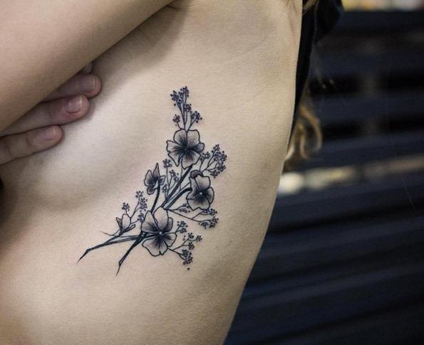 Estas belas blackwork florais na caixa torácica