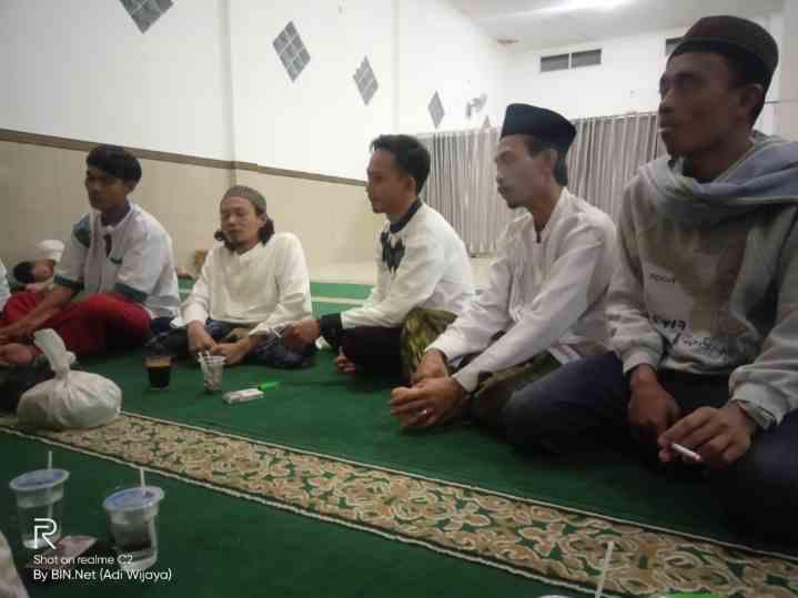 Warga Kampung Cadas Gatung Rt01/02 Desa Purasari Melaksanakan Gema  Takbir Di Mejid Jami Nurul Ikhlas.