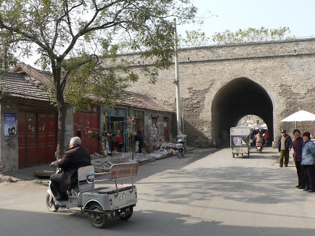 building attached to the city wall near Dieze Gate (垤泽门) in the Shangqiu Ancient City in November 2010