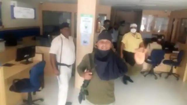 HDFC Bank Loot: बैंक खुलते ही दाखिल हुए लुटेरे, बोरे और बैग में भर कर ले गए एक करोड़ 19लाख रुपए