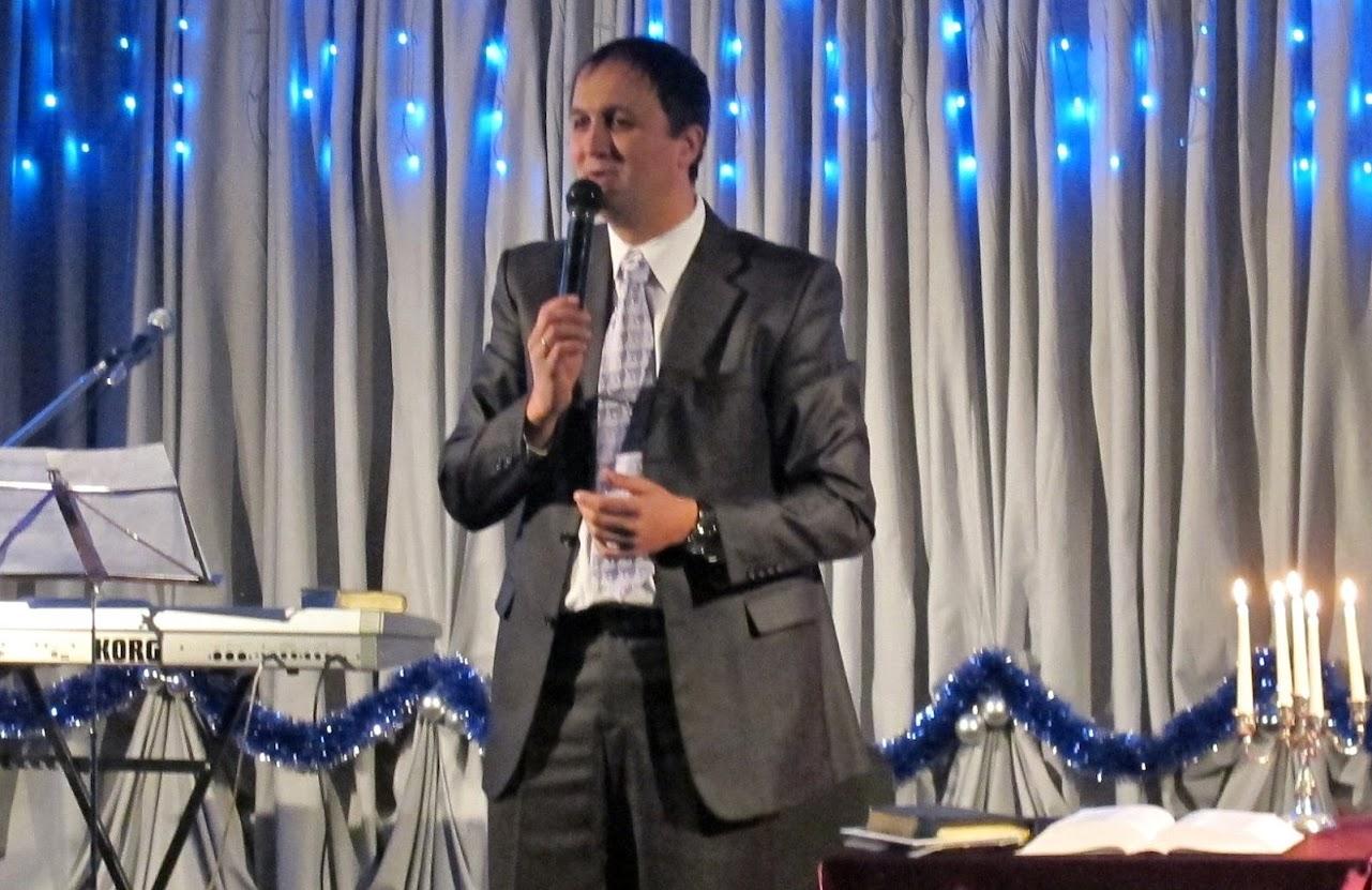 пастор проповедует