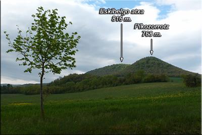Eskibelgo atxa y Pikozorrotz visto desde la carretera de Gometxa