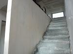 Die Wand an der Treppe ist nun fertig gestellt