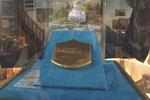 Золотая кровельная плитка со Святилища Баба на экспозиции в музее.
