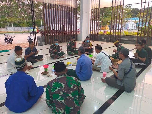 Pelihara Keakraban, Satgas Pamtas Yonif 642/Kps Laksanakan Buka Puasa Bersama Warga.
