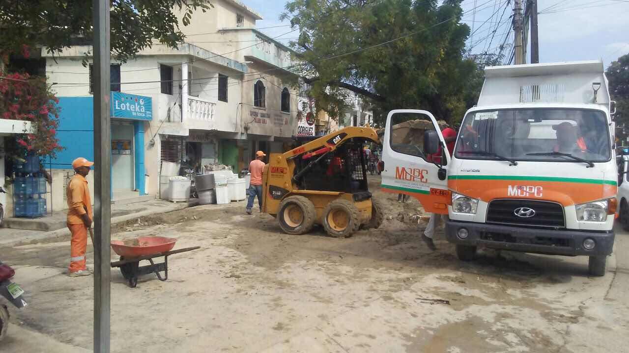 Brigadas de Obras Públicas acuden en auxilio pobladores de comunidades de Puerto Plata afectadas por  lluvias últimas horas