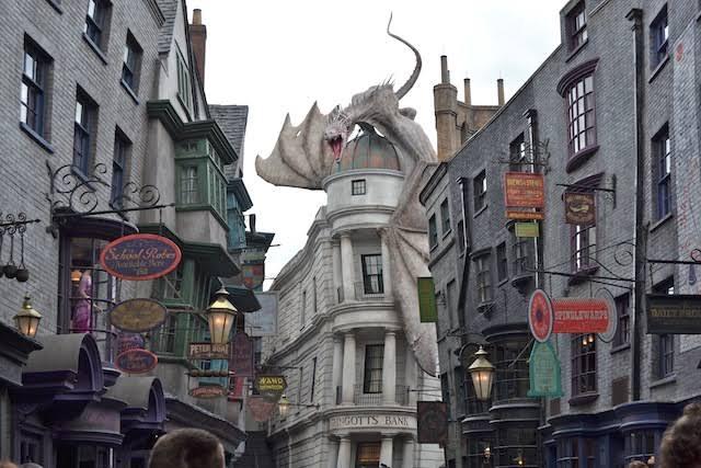 Durante a quarentena pai cria réplica de Beco Diagonal, na cozinha de casa, para filha fã do Harry Potter