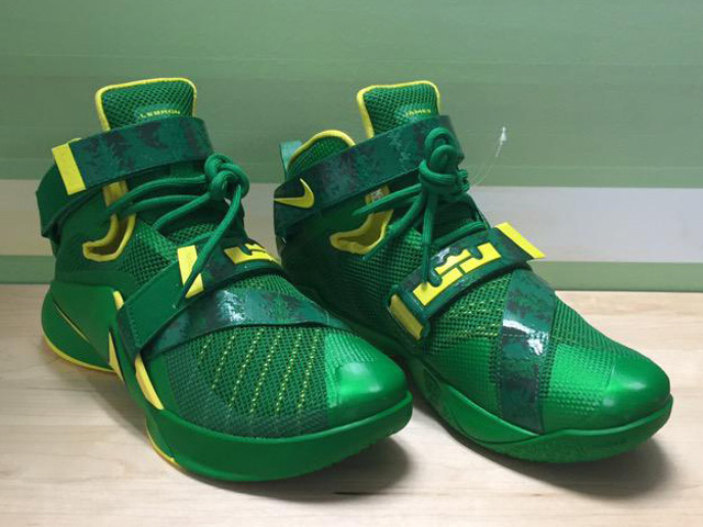 Oregon Ducks Womens Nike Zoom LeBron Soldier 9 PEs ... e1e08bbaa3