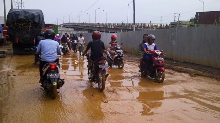 Hati-Hati Berkendara di Samping Jembatan Basirih