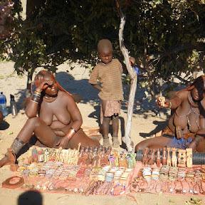 Himba verkopen souvenirs langs de kant van de weg
