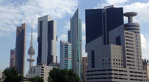 Hochhäuser mit Fernsehturm Liberation Tower in Kuwait City