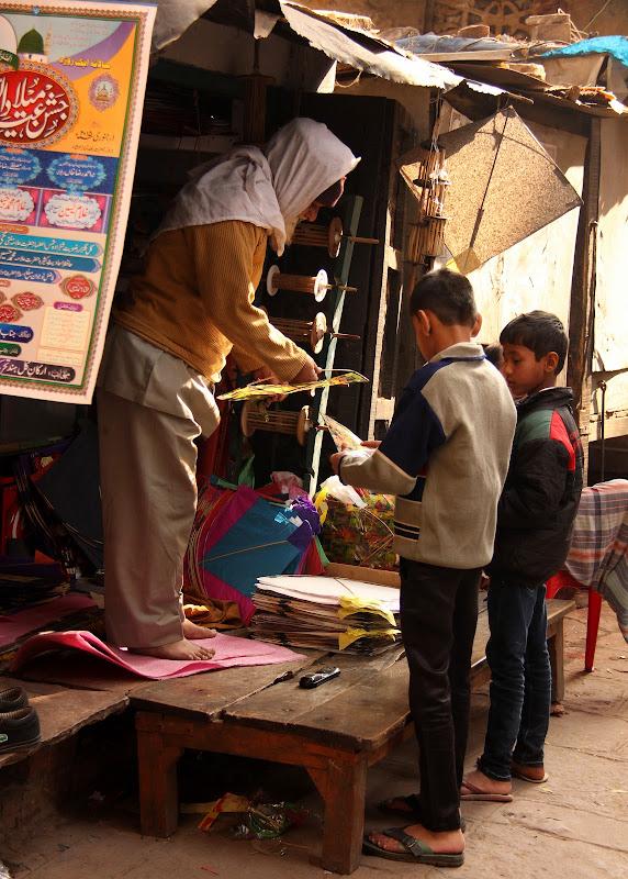 #Varanasistreetscene #Varanasistreetphotography #kitemaker #Varanasitravelblog #travelbloggersindia