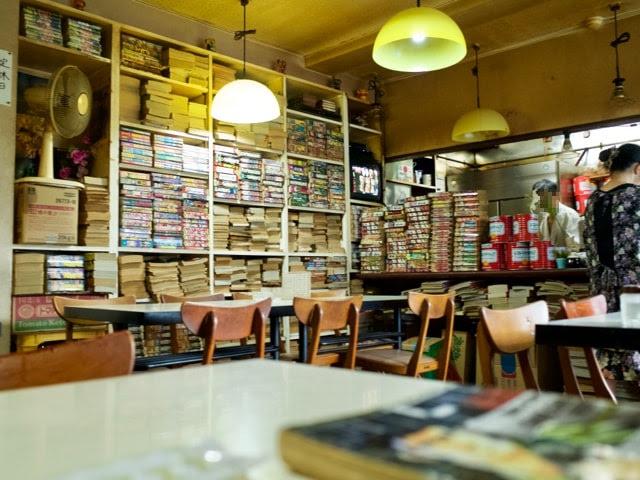 レストランテルの店内。マンガ本が大量にある。