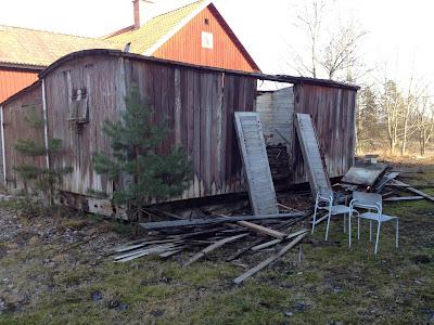 Enligt ryktet ska detta vara en av Sveriges äldsta järnvägsvagnar. Ganska troligt ;-)Användes som lagerlokal till lanthandeln.