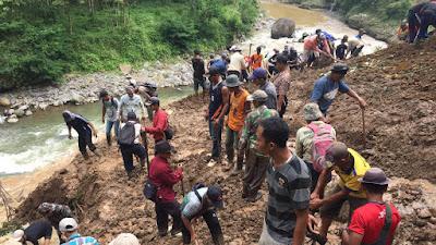 Lama Tak Ada Tindakan Dari Pihak Terkait, Masyarakat Dari Dua Desa Di Kec. Sukaresmi Gotong Royong Tanggulangi Material Longsor