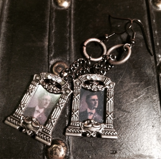 Strange and Curious Things: DIY: Jewelry From Dollhouse