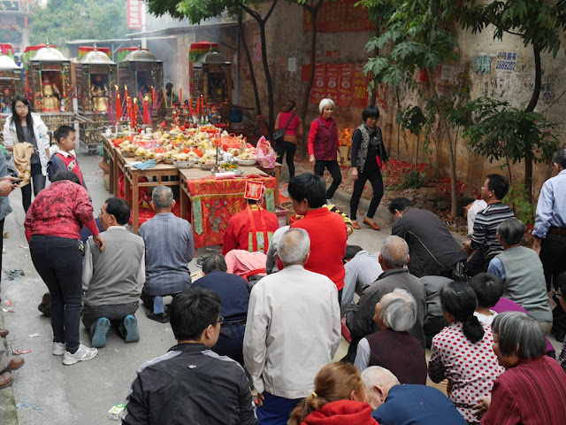 people praying outdoors for the Nian Li Festival (年例节) in Maoming, China
