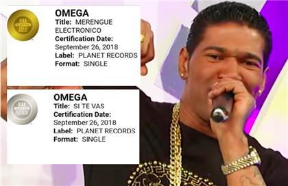 """Omega recibe discos, uno de Platino y otro de Oro, por su tema """"Pegao/pegao remix""""."""