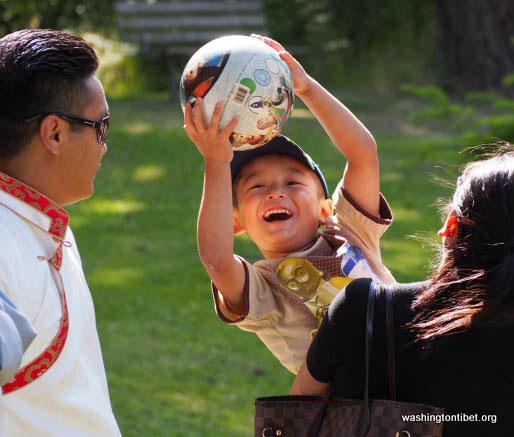 H.H. the 14th Dalai Lamas 77th Birthday Celebration at Carkeek Park - 04-ccP7070061%2BHHDL%2BPicnic72.jpg