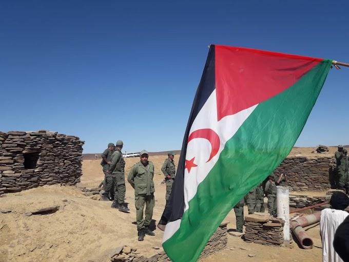 Soldados marroquíes se encaran con manifestantes saharauis en una brecha ilegal en el muro en M'heris, norte del Sáhara Occidental.