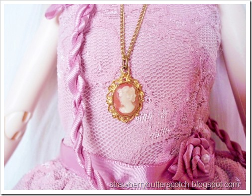 Cameo necklace for a doll.