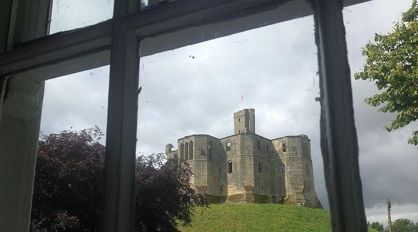 Blick auf das Schloss von Warkworth aus dem Sun Hotel