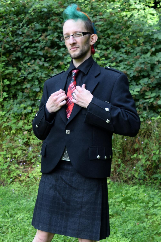 Mariage alternatif en rouge et noir, la mariée était habillé en Burlesque dasn une robe Bibian Blue et le marié en kilt