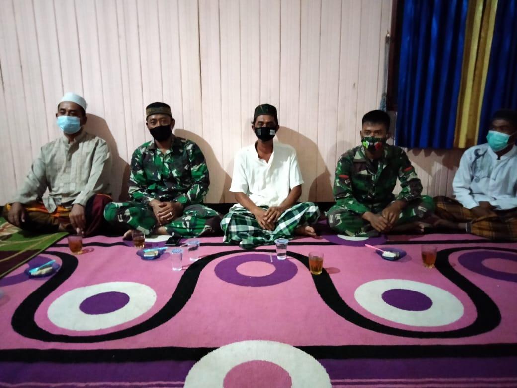 Kedekatan TNI-Rakyat, Anggota Satgas TMMD Menghadiri Acara Yasinan