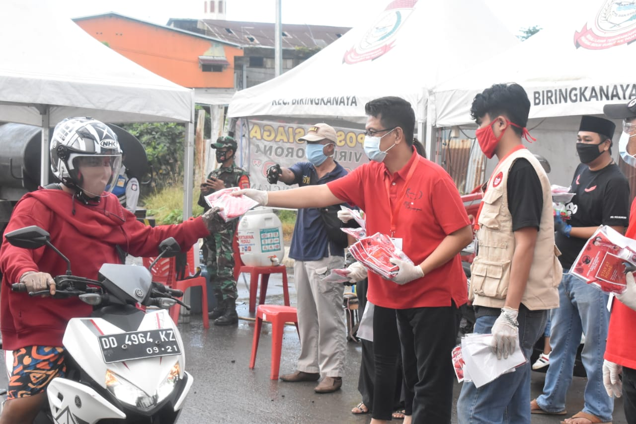 PDIP Sulsel Salurkan Masker dan Hand Sanitizer Kepada Warga Masyarakat Serta Minuman Sehat Ke Tim Medis