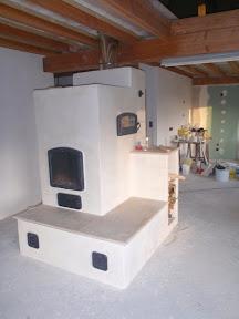 Poêle de masse sur mesure entièrement en briques avec enduit blanc
