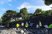 Bhabinkamtibmas Polsek Lalabata Turut serta Kerja Bakti Bersihkan Sungai Lompo