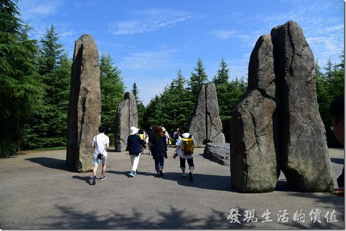 進入日本大阪環球影城哈利波特會先看到這個巨石形成的魔法陣。