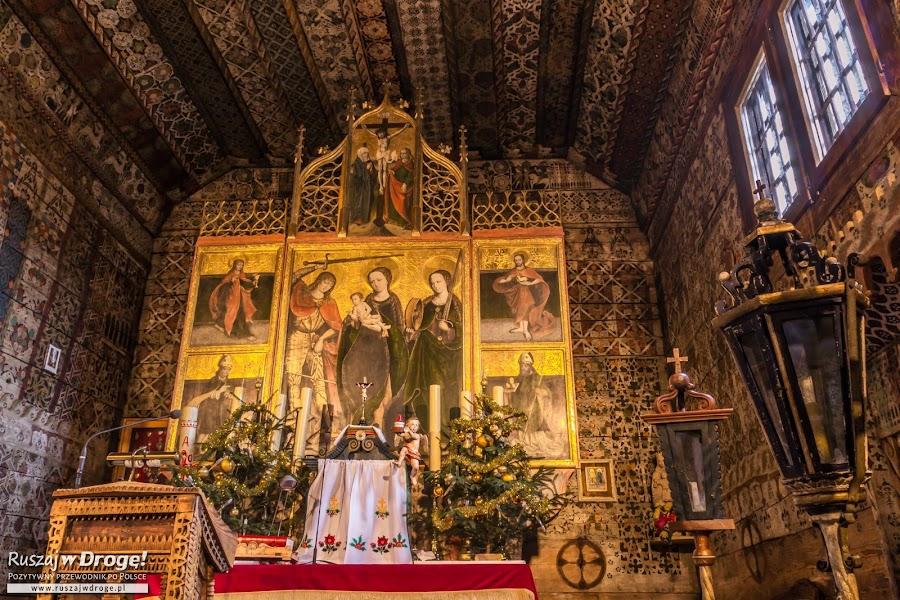 Drewniany ołtarz w Kościele w Dębnie