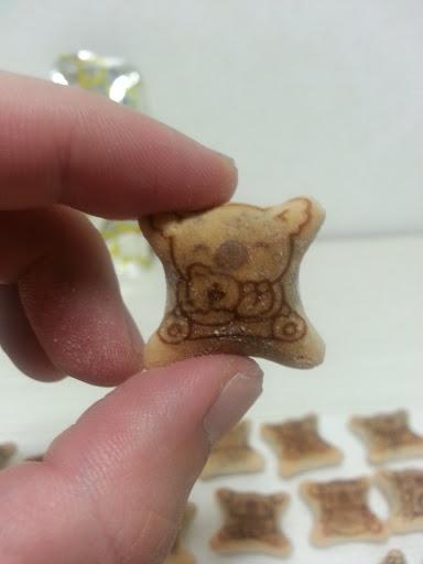 コアラのマーチ赤ちゃんコアラをだっこ