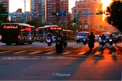 台湾旅行 淡水信義線 東門駅付近の夕景