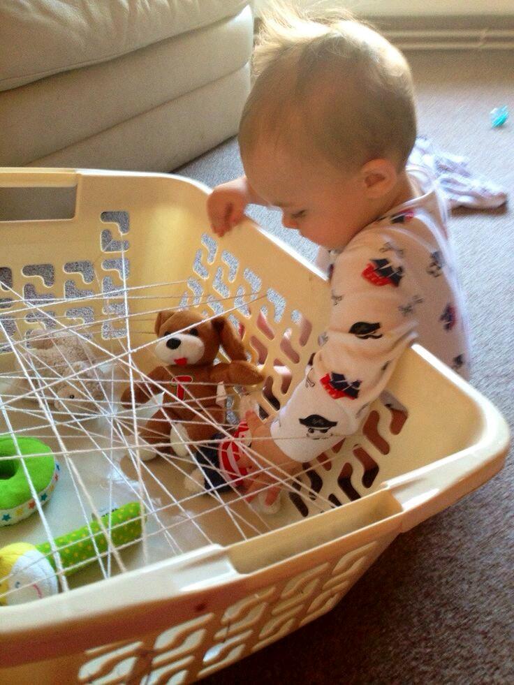 usa una bandeja de ropa para realizar un tramado de hilo grueso y suave debes colocar juguetes u otros objetos pequeos en el fondo y pasar lana o estambre
