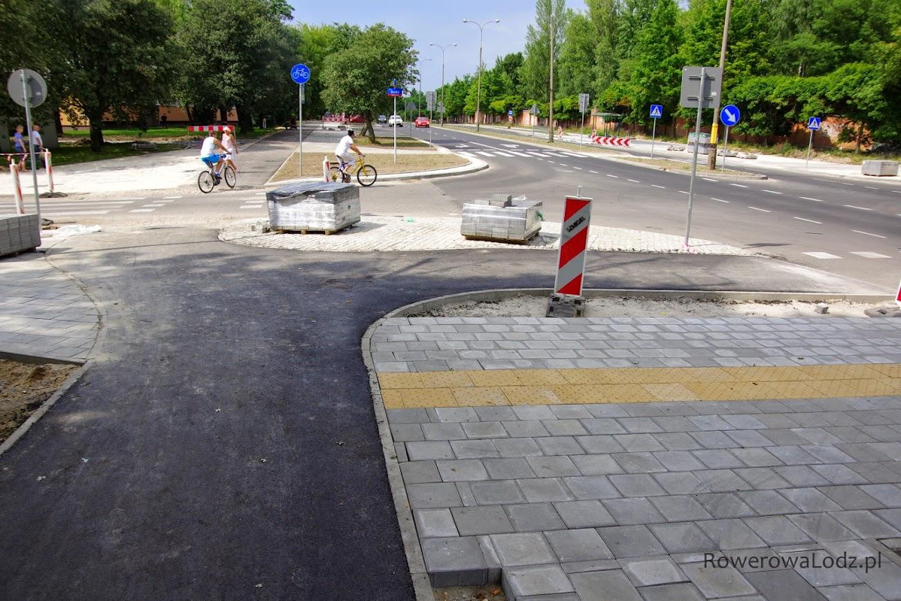 Bracka, Zagajnokowa i Sporna - skrzyżowanie. Miejscowi rowerzyści dopiero oswajają się z nowa droga dla rowerów.
