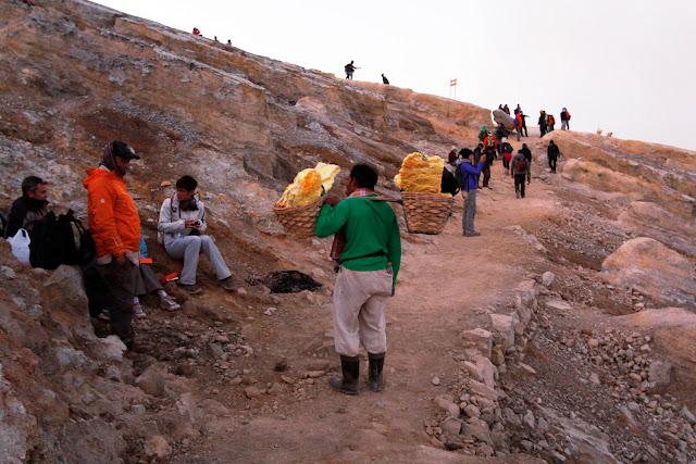 Un minero de Ijen con su carga