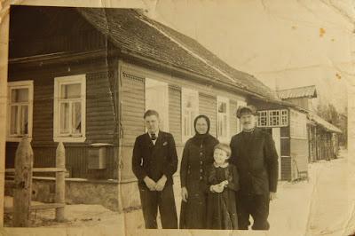 Дом Шлыпкиных в Узново, 1943 год.Справа налево Иван, дочь Ольга, Александра и сын Иван (фото из личного архива О.И. Шлыпкиной)
