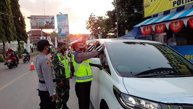 Polres Blora tempeli Stiker OKC, bagi Kendaraan yang lengkap dokumen di Perbatasan Cepu
