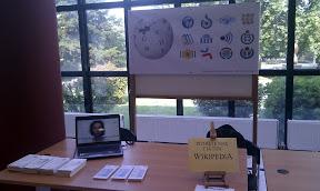 Ο πάγκος με ενημερωτικό υλικό, βίντεο από laptop και banner με τα λογότυπα των εγχειρημάτων μας