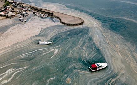 Συλλέγουν δείγματα από τη θαλάσσια βλέννα που εξαπλώνεται στη Θάλασσα του Μαρμαρά