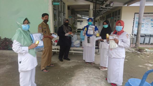 Peduli Tenaga Medis, Elly Thrisyanti Serahkan Bantuan APD dan Vitamin di Puskesmas Pengambiran