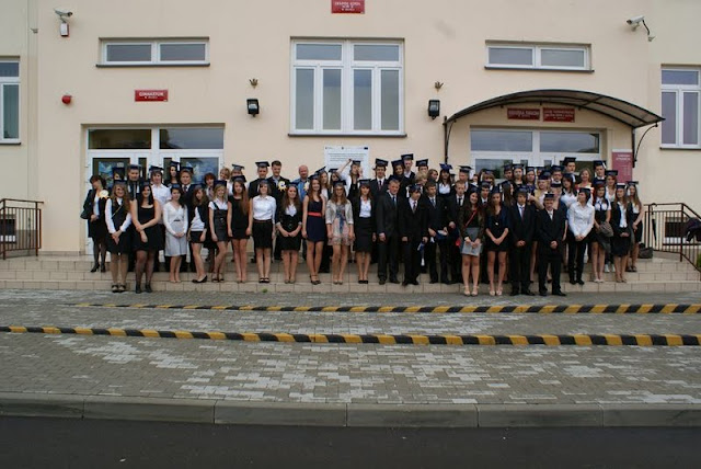 Zakończenie Gimnazjum przed budynkiem bis - DSC08128_1.JPG